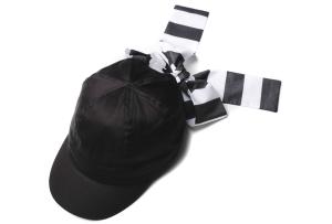 Cappello nero con sciarpa a righe nere e bianche