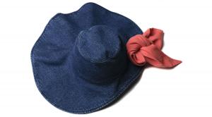 Cappello di jeans con sciarpa rossa
