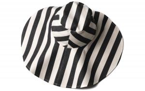 Cappello a righe bianche e nere