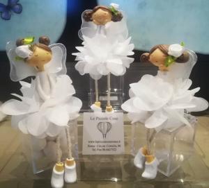 Dolci ballerine sedute su cofanetto di plexiglass, contenitore per confetti. Ideale per bomboniera Prima Comunione