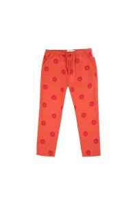 Pantalone arancione con stampe badge rossi