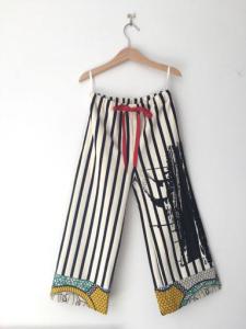 Pantalone a righe bianche e nere con laccio rosso