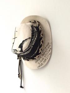 Cappello beige con laccio, scritta e stampa nave neri