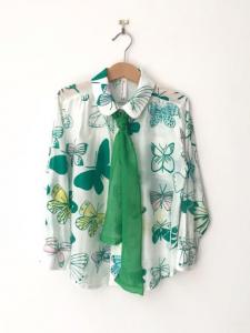 Camicia bianca con cravatta e stampe farfalle verdi