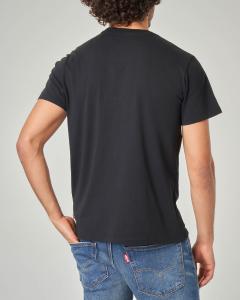 T-shirt nera con logo batwing rosso