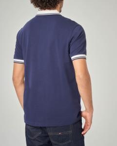 Polo blu con collo in contrasto e bordini