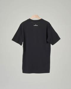 T-shirt nera con stampa rosa dei venti 8 anni