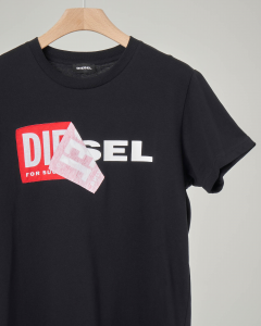 T-shirt nera con logo sovrapposto