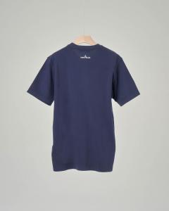 T-shirt blu con stampa rosa dei venti 8 anni