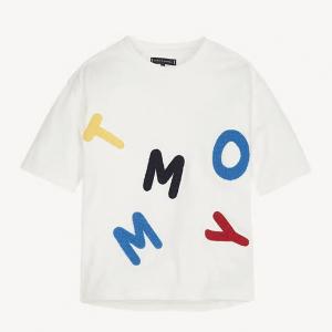 T-Shirt bianca con stampa lettere multicolore