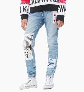 Jeans celesti con toppe bianche