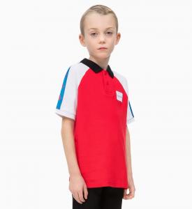 Polo rossa con maniche bianche e azzurre