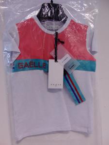 T-Shirt bianca con stampa rosa e cinta celeste