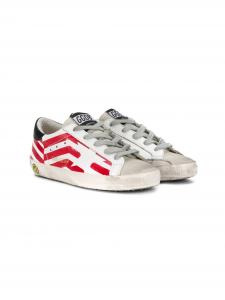 Scarpe bianche con stella e bandiera rosse