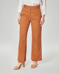 Pantalone marrone in cotone con orlo sfrangiato