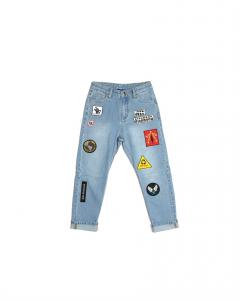Jeans celeste con toppe multicolore