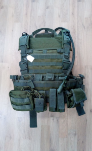 TACTICAL GEAR HUNTER COMPRESO DI TASCHE E CAMEL BAG