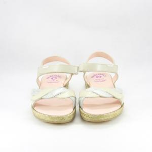 Sandalo elegante bimba con chiusura velcro, realizzato con decoro treccia.
