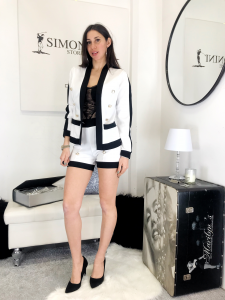 Completo Chanel giacca e pantaloncino in tessuto elasticizzato con profilo in cotrasto e bottoni oromade in italy