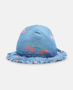Cappello celeste con stampa ciliegie rosse e verdi