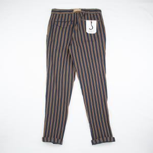 Pantalone a righe blu in contrapposizione alla tonalita' del bruciato di WhiteSand