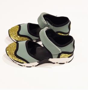 Sandali celesti con dettagli oro e neri