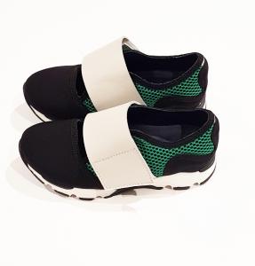 Scarpe nere e verdi con chiusura a strappo