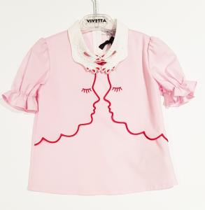 Camicia rosa con colletto bianco e dettagli rossi