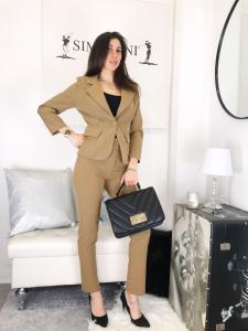 Completo tailleur Lorena giacca sciancrata con splline pantalone a sigaretta con cintura made in italy