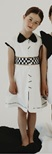 Vestito bianco con banda a quadrati bianchi e neri