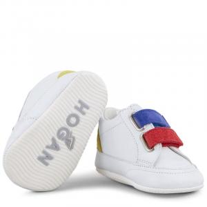 Scarpe bianche con strappi blu e rosso