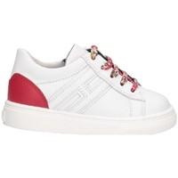Scarpe bianche con tallone e lacci rossi
