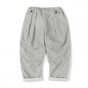 Pantalone a righe bianche e grigie