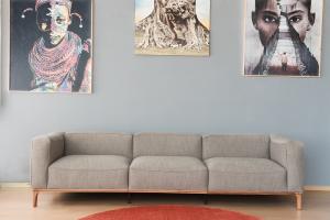 Divano in tessuto canapone grigio 4 posti con base e piedini in legno – seduta imbottita in poliuretano e memory