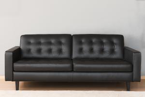 BROCK Divano in pelle modello florence nero a 3 posti con base e piedini in legno, cuscini in memory – Design contemporaneo