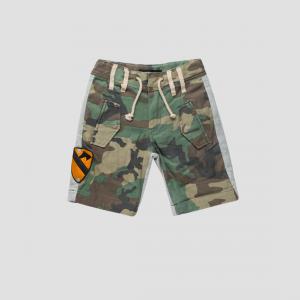 Pantaloncino camouflage con bande grigie e toppa gialla
