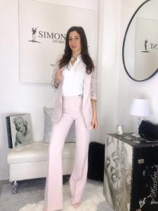 completo tailleur Monica by PDK con giacca strutturata manica 3/4 e pantalone a zampa made in italy