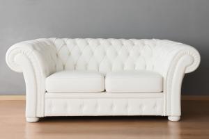 Divano Chesterfield bianco in pelle modello impero capitonnè a 2 posti con base e piedini in legno tappezzati