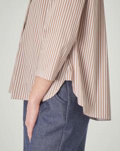 Camicia a righe bianche e color noce senza collo e maniche tre quarti