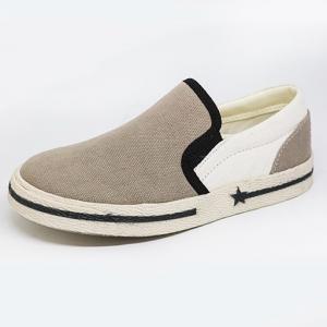 Scarpe grigie, bianche e nere senza lacci
