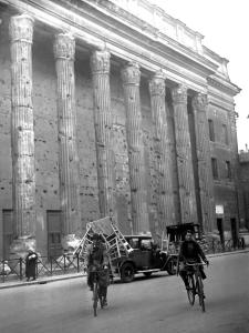 Seggiolai in piazza di Pietra a Roma, 1931