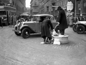 Vigili urbani in piazza Venezia, Roma, 1933