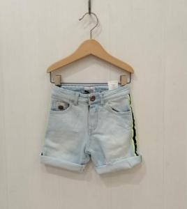 Pantaloncino di jeans con strappi e bande