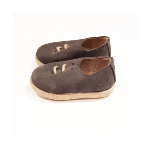 Scarpe in camoscio grigie con lacci e suola beige