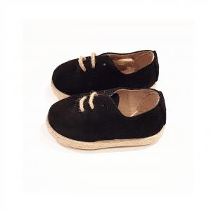 Scarpe in camoscio nere con lacci e suola beige