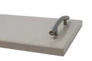 Vassoio/Tagliere in quazo grigio chiaro con maniglie in acciaio