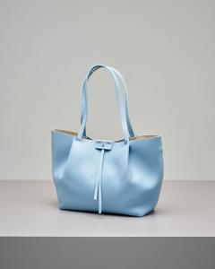Shopping bag azzurra in pelle di vitello martellata con pochette interna
