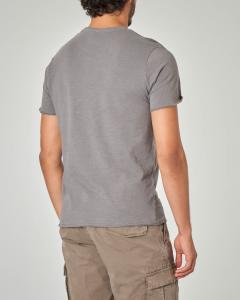 T-shirt grigia con taschino a filo