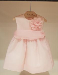 Vestito rosa con fascia e fiore