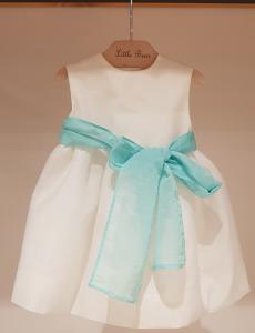 Vestito bianco con fascia celeste